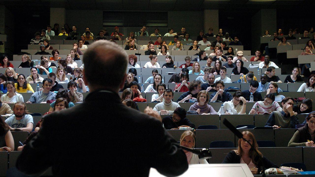 Un professeur donne son court dans un auditoire de l'Université de Genève. [Martial Trezzini - Keystone]