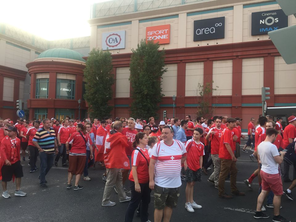Certains fans suisses ont participé à un petit cortège en direction du stade. [RTS]