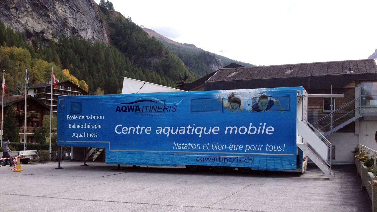 La piscine itinérante de la société vaudoise Aqwa Itineris a pris ses quartiers à Evolène (VS). [Aqwa Itineris]