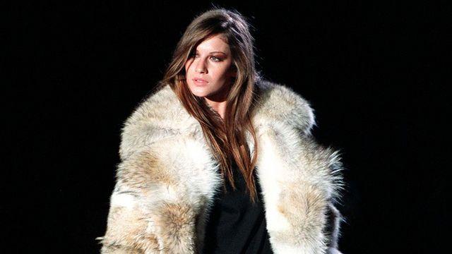 Un manteau de fourrure de luxe, tel qu'on n'en verra plus chez Gucci. Il est ici porté sur un pantalon de flanelle gris et un pull noir et faisait partie de la collection de mode Automne-Hiver de Gucci en 1998. [LUCA BRUNO - KEYSTONE]