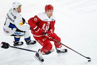 L'attaquant fribourgeois Caryl Neuenschwander et le défenseur lausannois Joel Genazzi, lors de la rencontre du championnat suisse de hockey sur glace de National League entre le Lausanne Hockey Club, LHC, et le HC Fribourg-Gotteron. [Valentin Flauraud - Keystone]