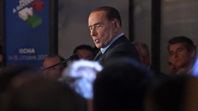 L'ancien président du Conseil italien Silvio Berlusconi lors d'un meeting de campagne sur l'île d'Ischia, mi-octobre. [Ciro Fusco - EPA/Keystone]