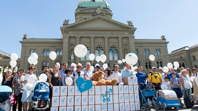 manifestation en faveur du congé paternité devant le Palais fédéral, le 4 juillet 2017.