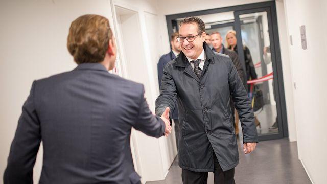 Le leader du FPÖ Heinz-Christian Strache (à droite) accueilli samedi par le probable futur chancelier autrichien Sebastian Kurz. [EPA - Keystone]