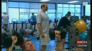 Jean-Pierre Egger en salle de musculation avec le team Alinghi [RTS]
