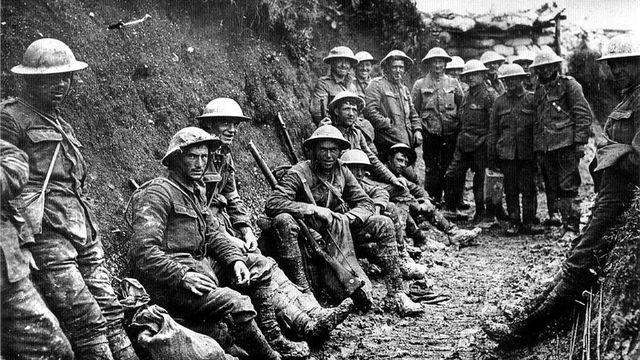 Soldat irlandais dans une tranchée, les premiers jours de la bataille de la Somme, juillet 1916. [Ann Ronan - Picture Library / Photo12 / AFP]
