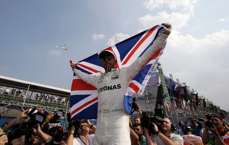 Lewis Hamilton champion du monde, avec le drapeau Britannique. [Moises Castillo - Keystone]