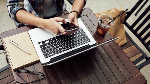 Le numérique peut aussi nous fournir la possibilité de travailler autrement. [DragonImages - Fotolia]
