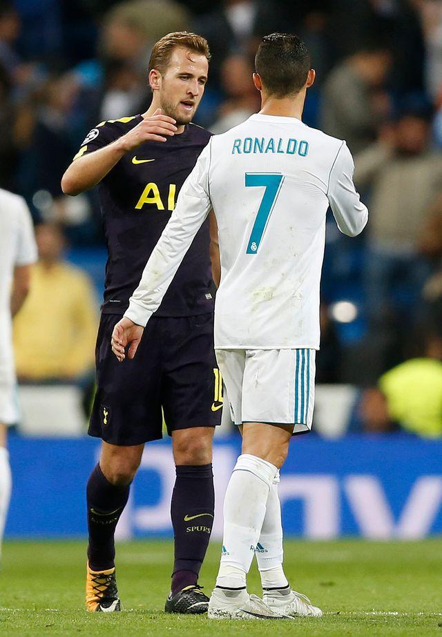 L'accolade entre Kane et Ronaldo à la fin du 1er match entre les deux équipes le 17 octobre dernier. [Francisco Seco - Keystone]