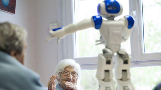 Le robot de compagnie Zora dans un EMS près de Bordeaux. [AFP]