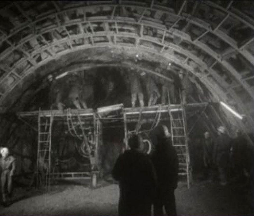Au coeur des Alpes, le tunnel du Grand-St-Bernard en 1962. [RTS]