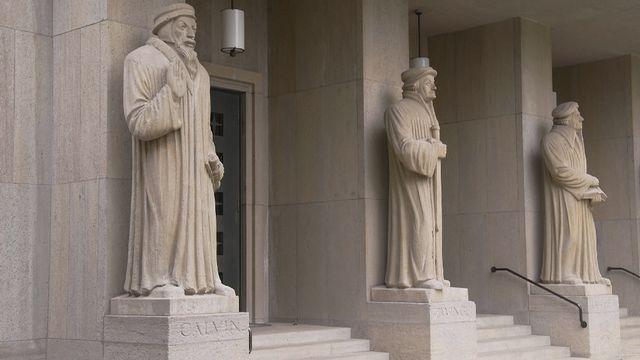 Les réformateurs Jean Calvin et Ulrich Zwingli ont porté en Suisse les thèses à l'origine du protestantisme publiées par Martin Luther le 31 octobre 1517. [RTS/CAPTURE D'ECRAN]