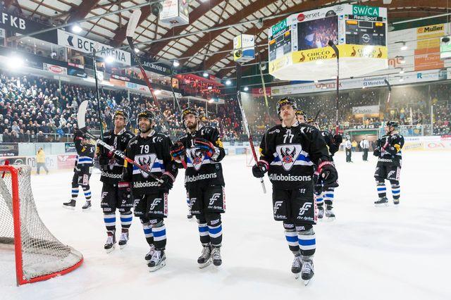 Les Fribourgeois heureux après leur 10e succès de la saison. [Cyril Zingaro  - Keystone]