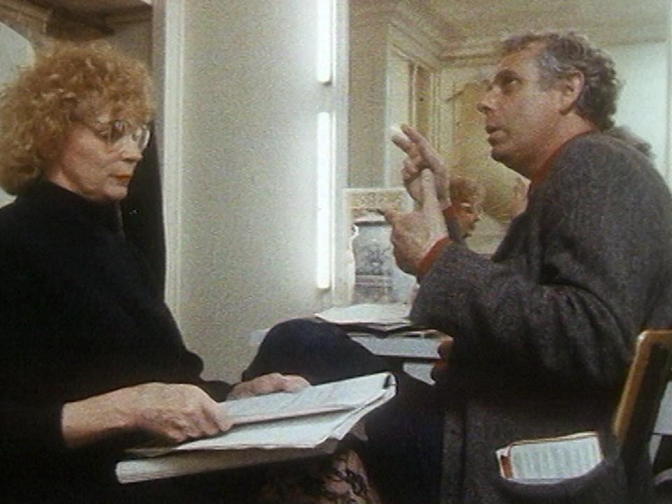 Jean-Luc Bideau répète son texte avec sa souffleuse de la Comédie-Française, 1989. [RTS]