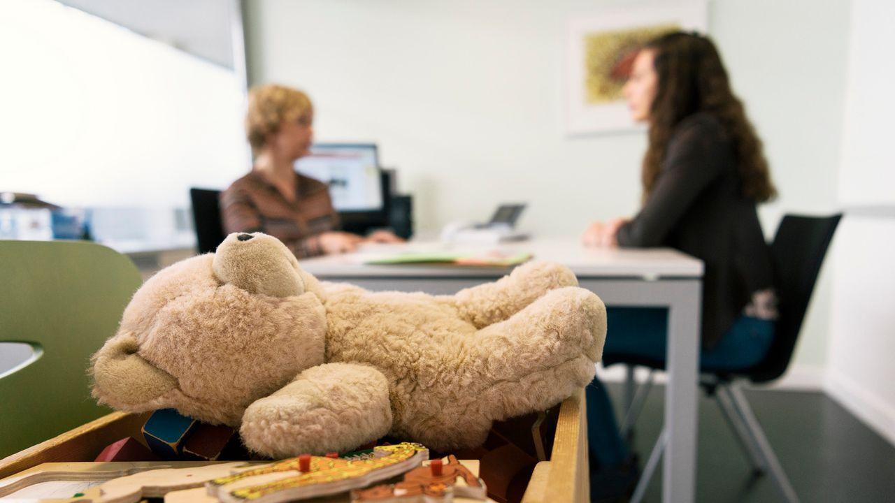 Les prestations aux familles sont également prises en compte dans les études sur l'aide sociale. [Christian Beutler - Keystone]