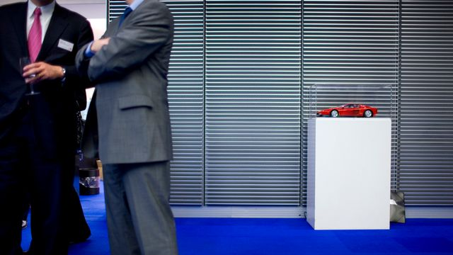 Deux managers dans le bâtiment de la Bourse suisse à Zurich. [Gaëtan Bally - Keystone]