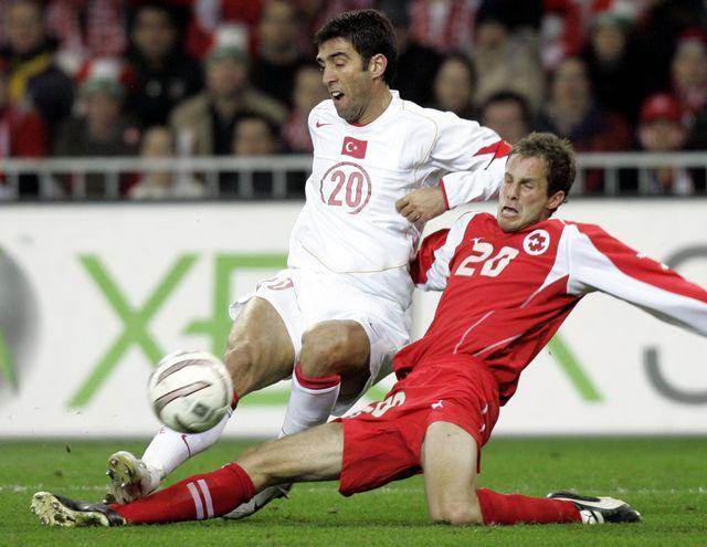 Patrick Müller avait disputé les deux matches de barrage face à la Turquie d'Hakan Sukur. [Murad Sezer - Keystone]