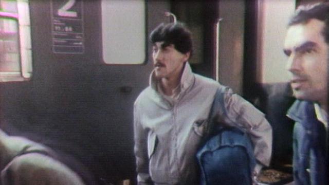 Saisonnier portugais arrivant en Suisse, 1985. [RTS]