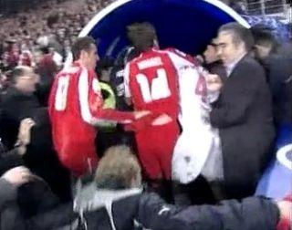 L'entrée des footballeurs dans le couloir des vestiaires après le match de barrage Turquie - Suisse à Istanbul en 2005. [RTS]