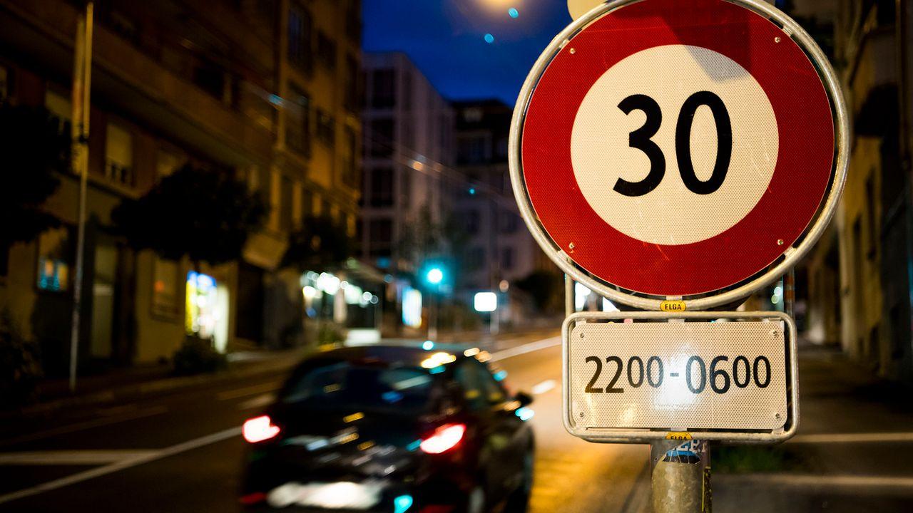 La vitesse est limitée la nuit sur l'avenue de Beaulieu à Lausanne. [Jean-Christophe Bott - Keystone]