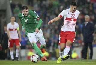 Le Suisse Fabian Schar dispute la balle à l'Irlandais Kyle Lafferty en 2018. [Paul Faith - AFP]