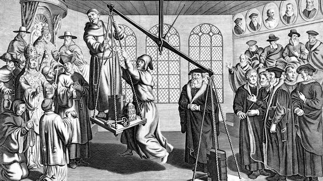 Gravure hollandaise évoquant la rivalité entre l'Eglise (à gauche) et la Réforme représentée par son emblème, la Bible, plus lourde dans les plateaux de la balance, en présence du pape Léon X, de Calvin et de Luther. Par Rambout Van den Hoye (XVIème siècle). [AFP]