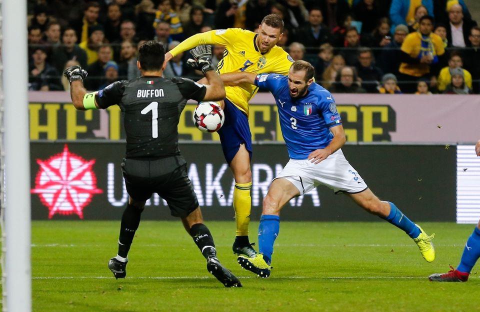Buffon s'interpose devant Berg, qui a pris le dessus sur Chiellini dans la surface de réparation transalpine. [Frank Augstein - Keystone]