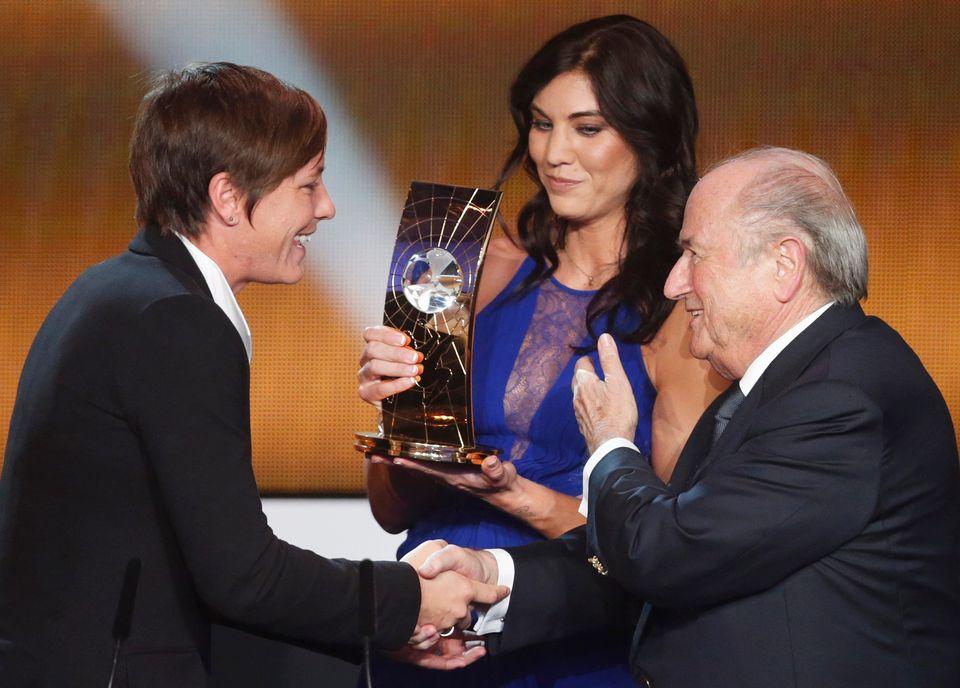 Sepp Blatter aurait eu un geste déplacé en 2013 à l'égard de la joueuse Hope Solo. [Michael Buholzer - Reuters]