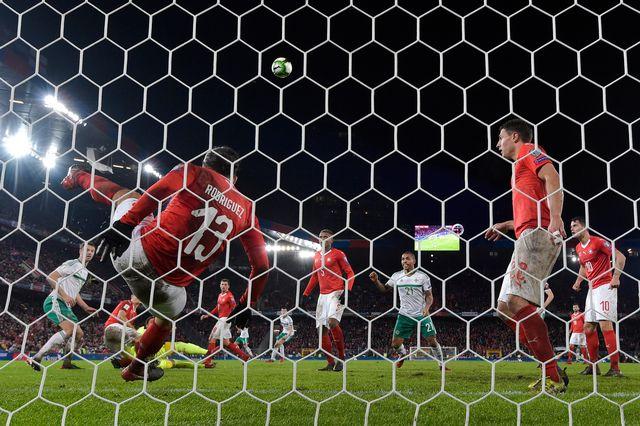 L'équipe de Suisse ira au Mondial, grâce notamment à ce sauvetage sur la ligne de Rodriguez. [Peter Klaunzer - Keystone]