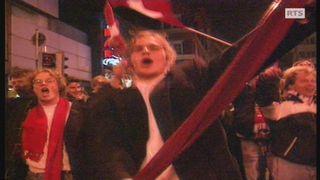 Des supporters suisses exultent dans la rue à Zurich en 1993. [RTS]