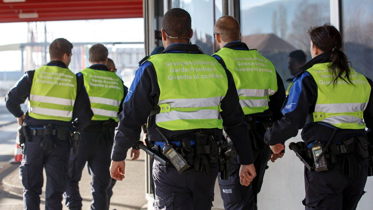 Des gardes-frontières patrouillent vers Bardonnex (GE) dans le cadre d'une opération antiterroriste en décembre 2015. (image prétexte). [Salvatore Di Nolfi - Keystone]