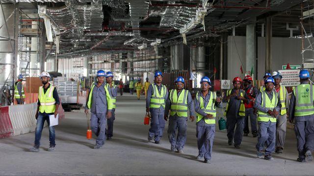 Des travailleurs à l'aéroport d'Abu Dhabi. [Stringer - Reuters]