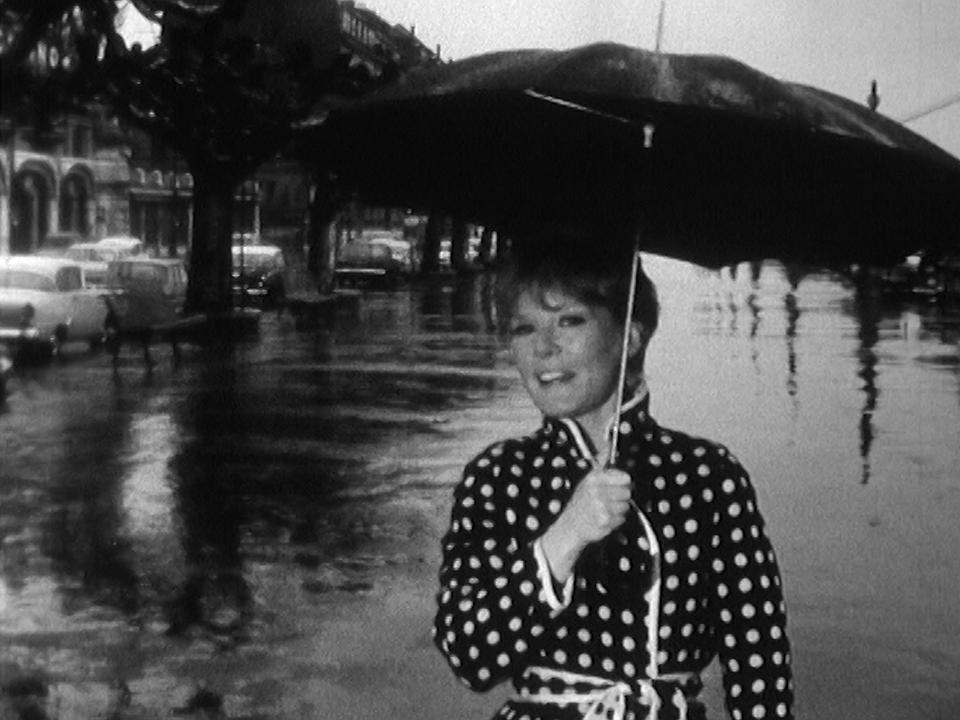 """En 1960, sur les quais du Mont-Blanc, Petula Clark chante """"La gadoue"""". [RTS]"""