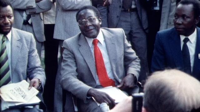 Robert Mugabe, vainqueur des élections ayant suivi l'indépendance du Zimbabwe, 1980. [RTS]