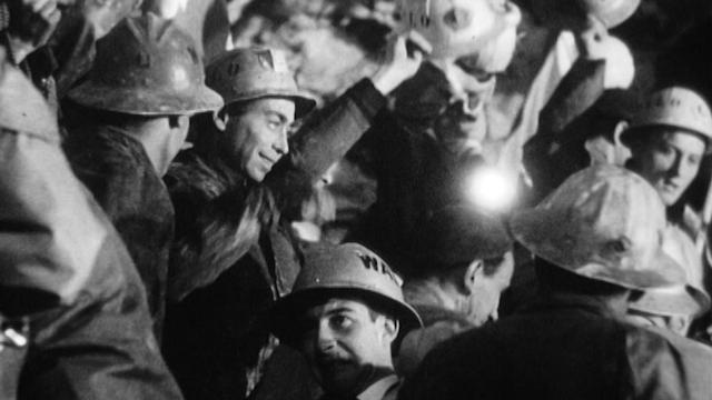 Les équipes italiennes et suisses du tunnel du Grand-St-Bernard se rejoignent, 1962. [RTS]
