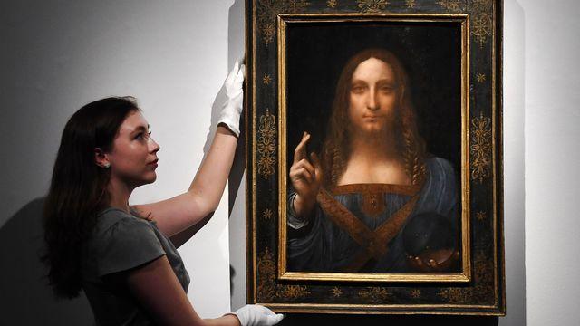 "Le tableau ""Salvator Mundi"" (sauveur du monde) avant sa vente à New York. [Andy Rain - EPA/Keystone]"