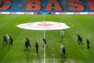 La pelouse du parc Saint-Jacques avait été endommagée par l'orage avant le match de barrage pour la Coupe du monde 2018 entre la Suisse et l'Irlande du Nord.  [Jean-Christophe Bott - Keystone]