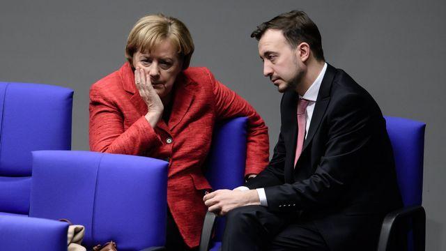 Angela Merkel avec le leader des jeunes de la CDU Paul Ziemiak, 21.11.2017. [Clemens Bilan - EPA/Keystone]