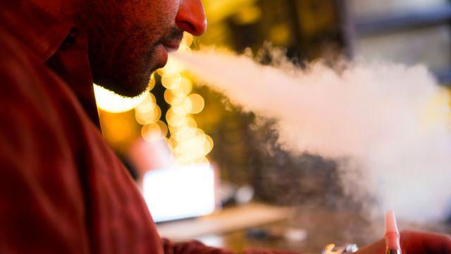 Le vapotage pourrait avoir un rôle préventif pour les adeptes de la cigarette. [Mike Segar - Reuters]