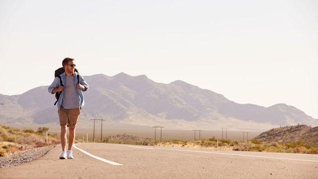 Le tour du monde à pied ou en auto-stop séduit les jeunes. [Monkey Business - Fotolia]