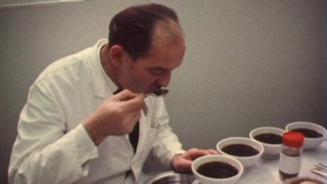 Test qualité des cafés solubles, 1973. [RTS]