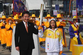 Le premier ministre coréen et You Young posent avec la flamme olympique. [Jung Yeon-Je - AFP]
