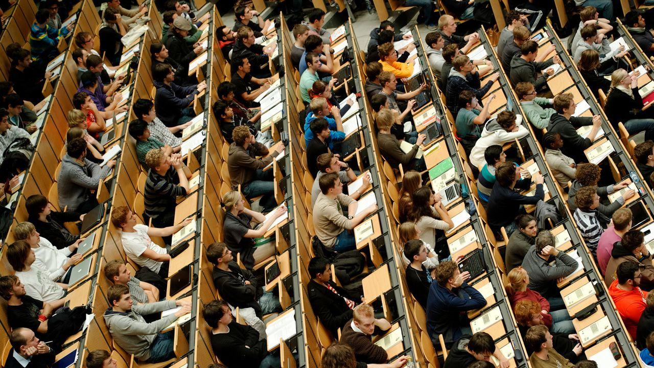 Des étudiants dans une salle de cours (photo prétexte). [Peter Kneffel - DPA/Keystone]