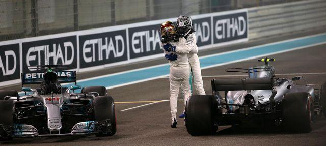 Les deux Mercedes, Bottas et Hamilton, célébrent leur belle saison. [Luca Bruno - Keystone]