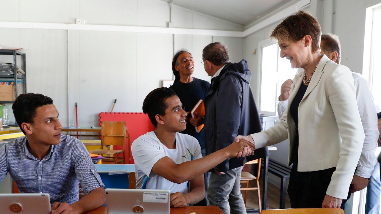 Simonetta Sommaruga visite un camp de réfugiés sur l'île grecque de Lesbos, 22.05.2017. [Peter Klaunzer - Keystone]
