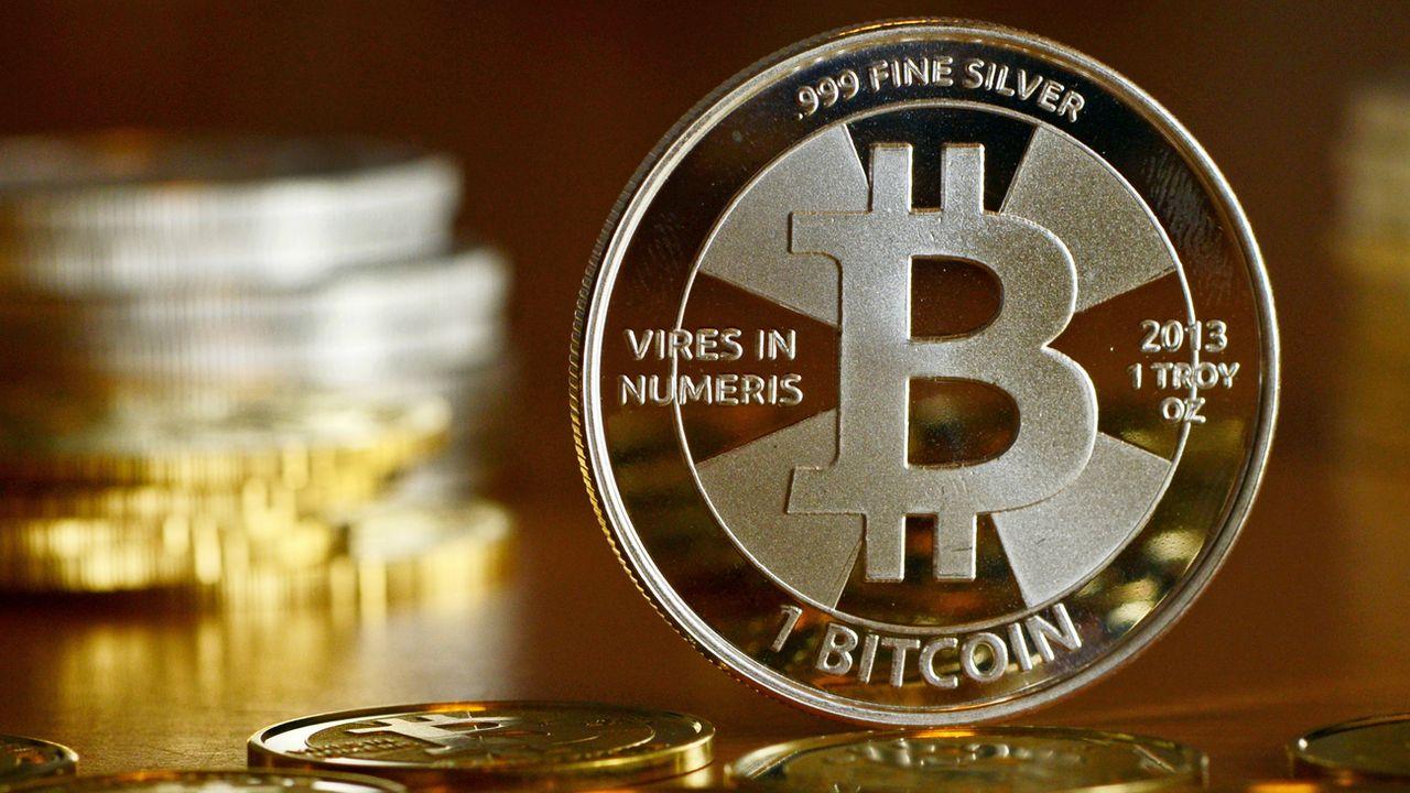 Un bitcoin photographié à Berlin en 2013. [Jens Kalaene - Keystone]