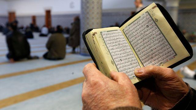 Un homme lit le coran dans une mosquée de Strasbourg, en France. [Vincent Kessler - reuters]
