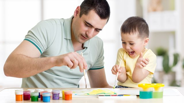 Les pères au foyer ne sont pas nombreux, mais ils se manifestent de plus en plus. [Oksana Kuzmina - fotolia]