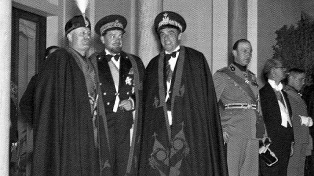 Benito Mussolini (à gauche) avec deux dignitaires italiens lors d'une soirée de gala en Libye.