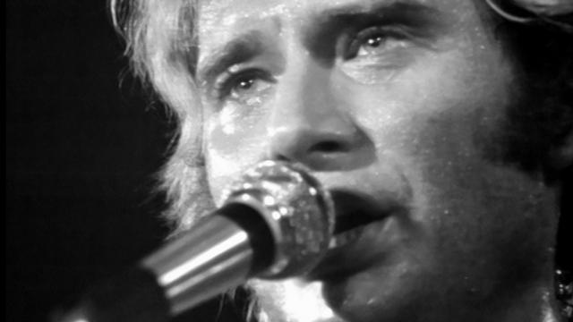 Johnny Hallyday chante devant les détenus de Bochuz, 1974. [RTS]
